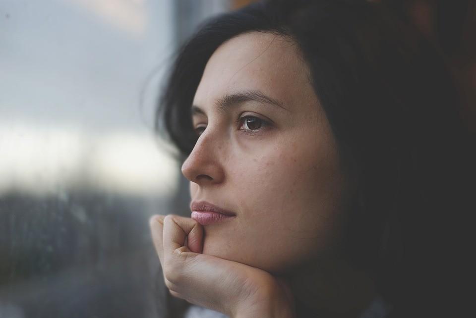 ¿Por qué no debemos parar o juzgar nuestros pensamientos en el momento presente?